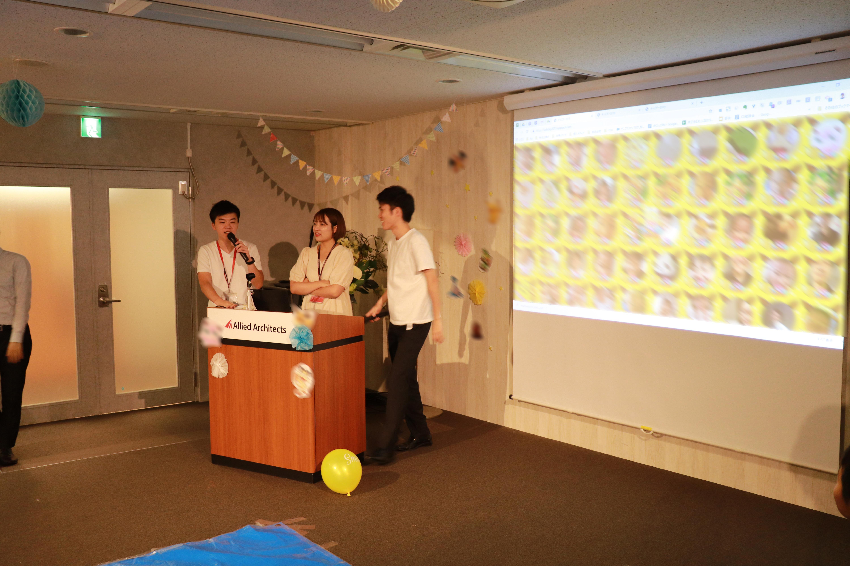 スマイルチャレンジ採点結果を発表する若手社員
